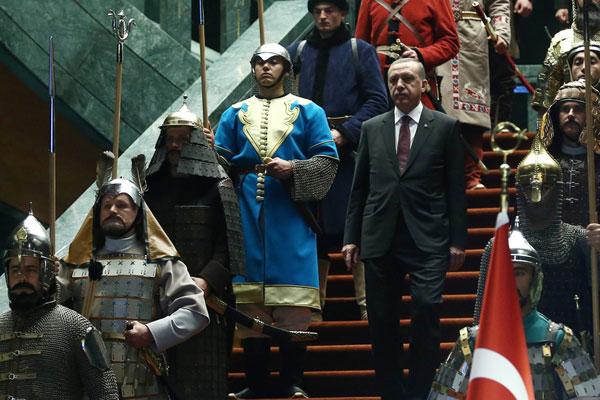 Recep Tayip Erdogan reçoit le président palestinien Mahmoud Abbas dans son palais néo-ottoman d'Ankara, le 12 juin 2015 (DR)
