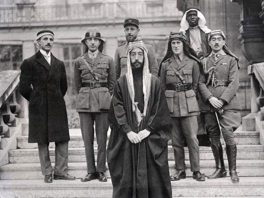 L'émir Fayçal à Paris, pendant les négociations de paix (1919) avec le capitaine Pisani à sa droite et le colonel Lawrence à sa gauche