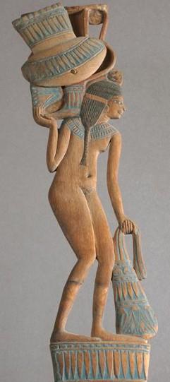 « Cuiller à fard en forme de jeune fille portant un vase », vers 1500 av. J.-C., musée du Louvre, Paris.