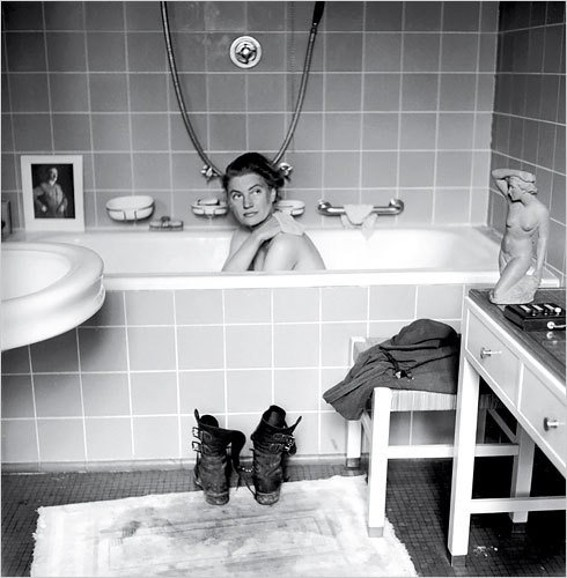 David E. Scherman, Portrait de Lee Miller dans la baignoire de Hitler, 1945, Lee Miller archives