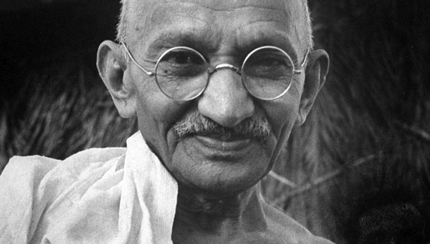 Gandhi (Porbandar, 2 octobre 1869 ; Delhi, 30 janvier 1948), photographié par Henri Cartier-Bresson quelques heures avant son assassinat (DR)