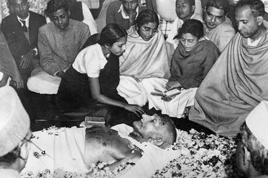 La dépouille de Gandhi ( Porbandar, 2 octobre 1869 ; Delhi, 30 janvier 1948)