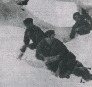 Maquisards à l'affût sur le plateau des Glières (hiver 1943-1944)