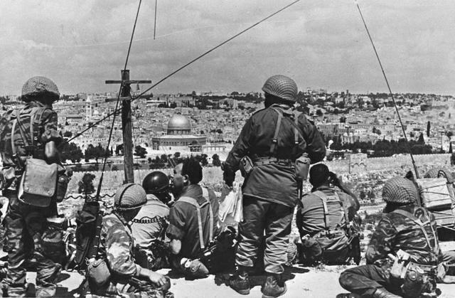 Soldats israéliens devant Jérusalem-Est (juin 1967)