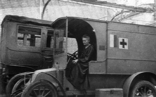 Marie Curie au volant d'une Petite Curie, 1914