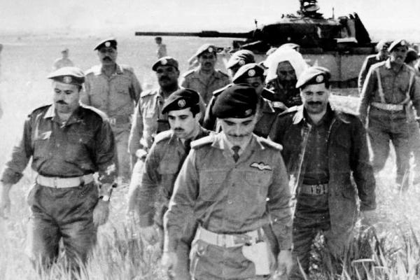 Le roi Hussein de Jordanie au milieu de ses troupes en juin 1967