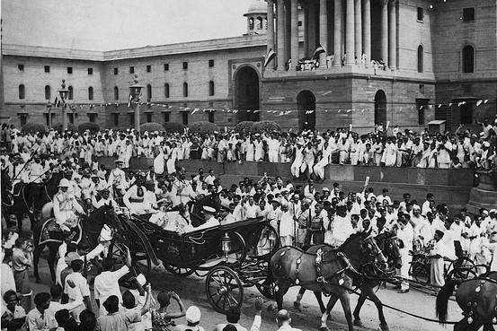 Lord Mountbatten quitte le palais du gouvernement à Delhi, le jour de l'indépendance (15 août 1947)