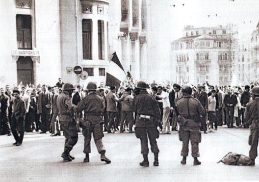 La troupe et les manifestants face à face dans la rue d'Isly (26 mars 1962)