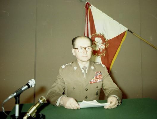 Le général Jaruzelski s'apprête à annoncer l'état de guerre à la télévision (13 décembre 1981)