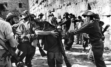 Les soldats israéliens au pied du Mur des Lamentations (Jérusalem, juin 1967), DR