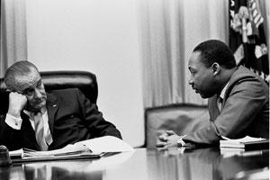 Le président Johnson et Martin Luther King à la Maison Blanche en 1966 (DR)