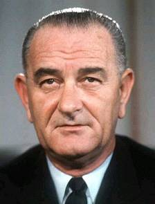 Lyndon Baines Johnson (27 août 1908,  Stonewall, Texas) ; 22 janvier 1973, Johnson City)