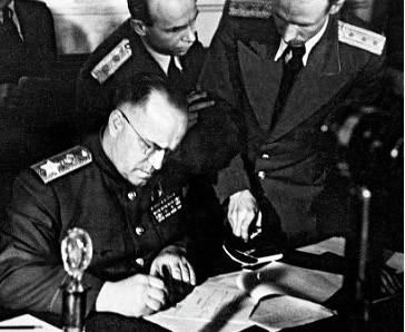 Le maréchal Joukov signe les protocoles de la capitulation de l'Allemagne, à Berlin, le 8 mai 1945