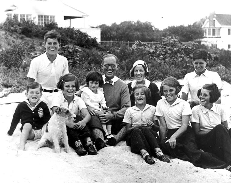 La famille Kennedy à la plage en 1931 (John est  le 2e à gauche ; Joe est à droite, derrière sa sœur Rosemary)