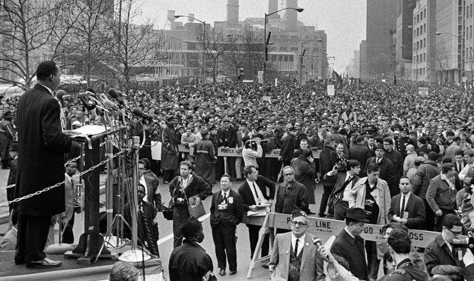 Martin Luther King sur la place des Nations (New-York) en avril 1967 (DR)