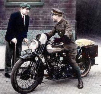 T.E. Lawrence sur l'une de ses motocyclettes Brough