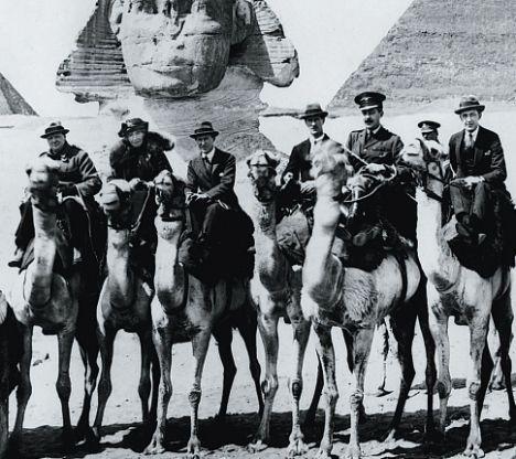 En marge de la conférence du Caire (1921), Churchill (1er à gauche), Gertrude Bell (2e à gauche) et Lawrence (3e à gauche) participent à une course de dromadaires. Lawrence l'emporte