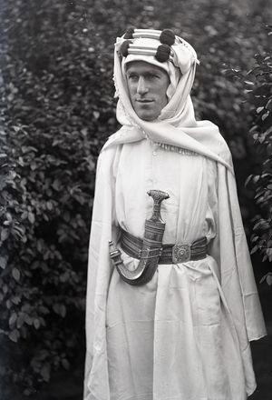 T.E. Lawrence pose pour Lowell Thomas dans sa tenue de légende (Lawrence d'Arabie, 16 août 1888 - 19 mai 1935)