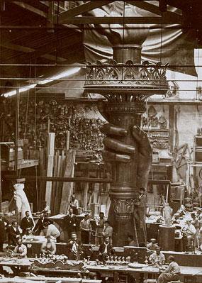 La statue de la Liberté en cours de montage dans les atelierds Gaget, Gauthier et Cie