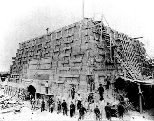 Le piédestal de la Statue de la Liberté en cours de construction