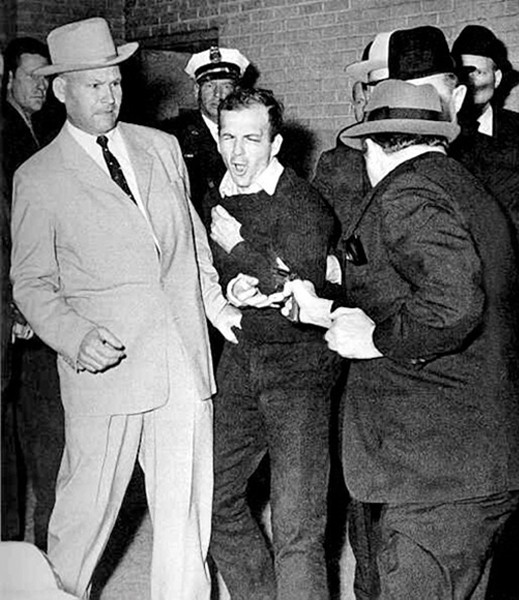 Lee Harvey Oswald, par Jack Ruby, photographié par Bob Jackson, Dallas, Texas, novembre 1963, DR.