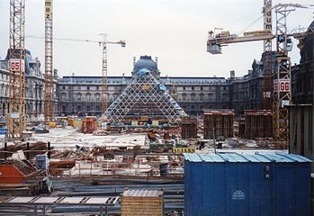 La pyramide du Grand Louvre en construction (1987)