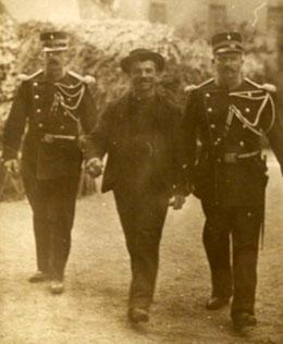 L'assassin de Sissi, Luigi Lucheni, entre deux gendarmes (1898)