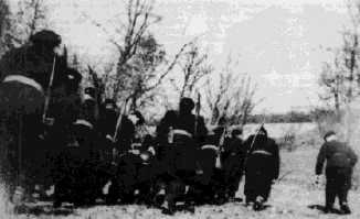 Des miliciens donnent la chasse aux maquisards sur le plateau des Glières (1944)