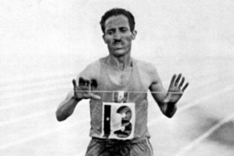 Alain Mimoun sur la ligne d'arrivée du marathon de Melbourne, 1956