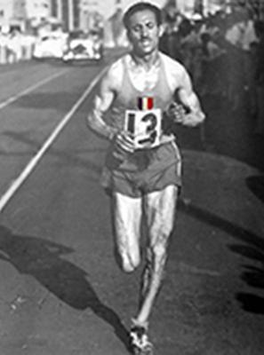Alain Mimoun congratulé par Emil Zatopek à l'issue du marathon de Melbourne (DR)