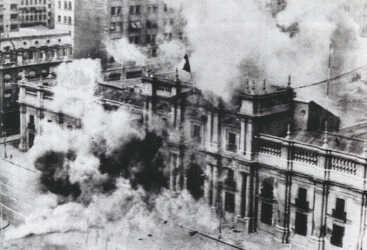 La Moneda en flammes après le bombardement par l'aviation, Santiago-du-Chili, 11 septembre 1973