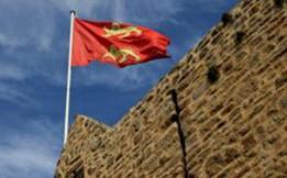 Le drapeau normand sur les remparts du village du Mont-Saint-Michel.