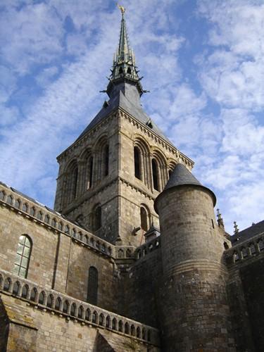 Le Mont-Saint-Michel vu du parvis de l'abbatiale.