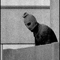 Munich, 1972 : un terroriste surpris par le photographe dans la résidence des athlètes israéliens (DR)