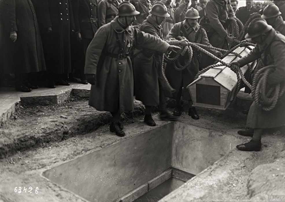 La mise au tombeau du « Soldat inconnu » place de l'Étoile, vendredi 28 janvier 1921, agence photographique Rol, BnF Paris.