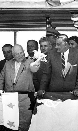 Nasser et Khrouchtchev inaugurent le barrage d'Assouan le 16 mai 1964, en présence d'Ahmed Ben Bella et Salam Aref (DR)