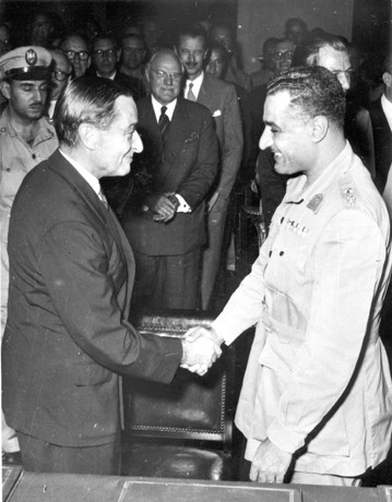 Nasser et l'ambassadeur britannique Ralph Stevenson, 20 octobre 1954 (DR)