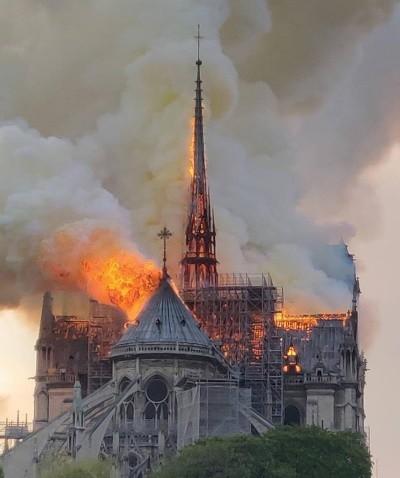 Plaidoyer pour Notre-Dame de Paris, Restaurer à l'identique ou <em>«moderniser»</em> la flèche?
