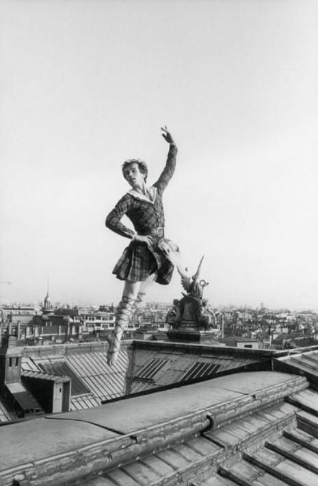Rudolf Noureev danse en costume sur le toit de l'Opéra de Paris, lors des répétitions de Manfred, Gilles Virgili, 19 octobre 1979.