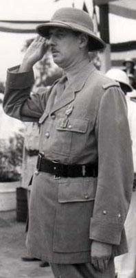 Le général Charles de Gaulle, avec la croix de la Libération (Brazzaville, 14 juillet 1941), photo : chancellerie de l'ordre de la Libération