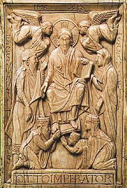L'empereur Otton II le Roux avec son épouse Theophano et leur fils, futur Otton III, au pied du Christ (ivoire, vers 980)