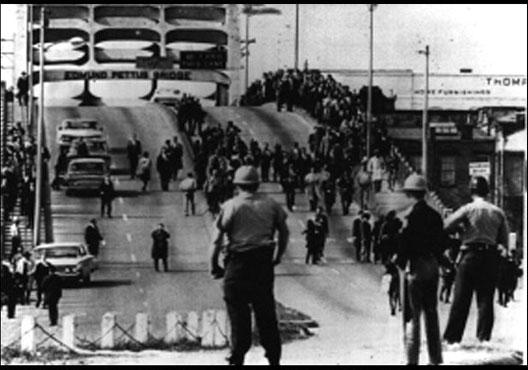 La police sur le pont Edmund Pettus (Selma, Alabama), le 7 mars 1965 (DR)