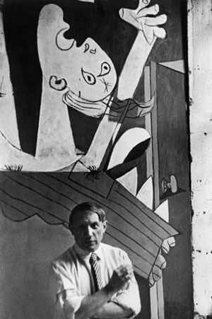 David Seymour, Picasso in front of his picture, Guernica at its unveiling at the Spanish Pavilion of the World's Fair, Paris, 1937 (DR)