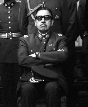 Augusto José Ramón Pinochet Ugarte assiste à un Te Deum en 1973 (Valparaíso,  25 novembre 1915 - Santiago, 10 décembre 2006)