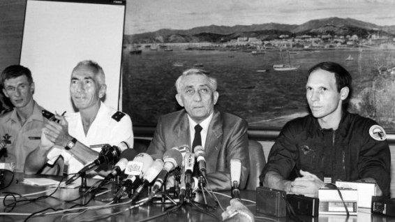 Le ministre Bernard Pons entre le général Vidal et le capitaine Legorjus, le 5 mai 1988, après l'assaut de la grotte d'Ouvéa (photo : Rémy Moyen) DR
