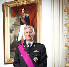 Portrait officiel de Philippe de Belgique ; le roi de Belgique pose devant le portrait de Léopold &er, fondateur de la dynastie (2013)