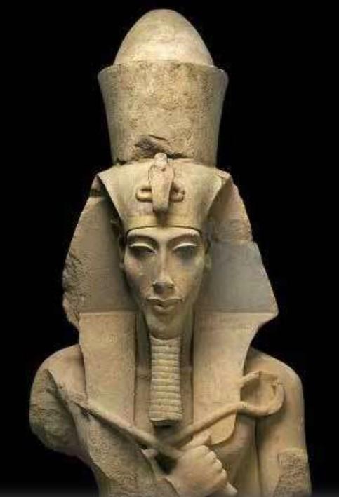 Buste d'Akhenaton, dixième pharaon de la XVIIIᵉ dynastie, XIVe siècle av. J.-C., Musée égyptien, Le Caire.
