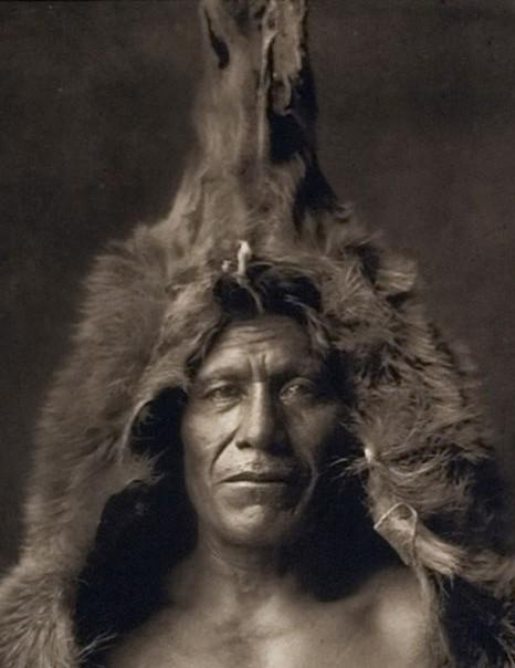 Indien Arikara portant une peau d'ours - Photographie Edward S. Curtis, 1908.