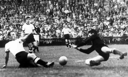 Helmut Rahn offre la victoire à l'Allemagne de l'Ouest en 1954