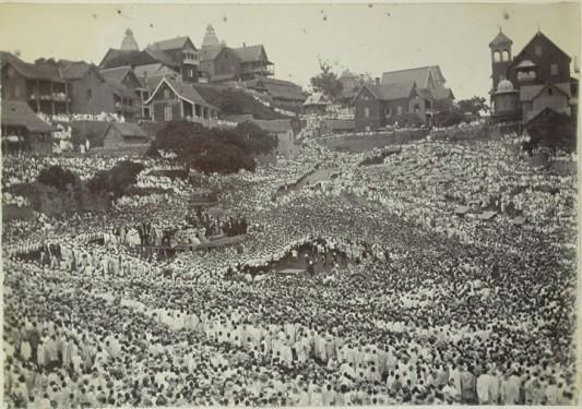 Tananarive, 1895 : dernier discours public de Ranavola III avant l'exil (en haut à gauche, l'angle du Palais de la Reine)